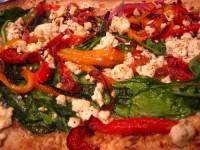 Пицца с перцем, шпинатом и козьим сыром