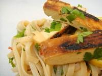 Карамельный тофу с рисовой лапшой