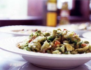 салат с авокадо и чипсами