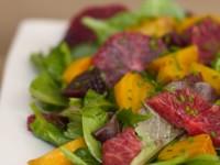 Салат из печеной свеклы и красного апельсина с зеленью