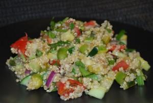 Салат с овощами и лебедой