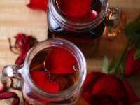 Гранатовый напиток с лепестками роз