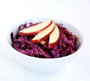 Салат из красной капусты и с клюквой