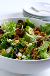 Салат с грецкими орехами, грушей и фетой